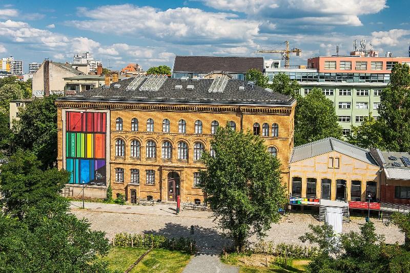 """Das Gebäude war einst der östliche Teil des Verwaltungsgebäudes am ehemaligen Anhalter Güterbahnhof, 1874 von Franz Schwechten errichtet. In den Hallen der südlich anschließenden Ladestraße entsteht schrittweise das """"Technoversum – das Museum der Zukunft""""."""