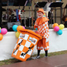 """Tonnen Paul unterhält die Kinder auf dem 65-Jahre Jubiläumsfest der WBG """"Treptow Nord"""" eG"""
