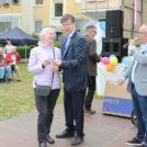 """Moderator Jürgen Karney und Georg Petters (Vorstand der WBG """"Treptow Nord""""eG) überreichen einen der vielen Tombolagewinne auf dem 65-Jahre Jubiläumsfest der WBG """"Treptow Nord"""" eG"""