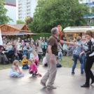 """Die Gäste tanzen auf dem 65-Jahre Jubiläumsfest der WBG """"Treptow Nord"""" eG"""