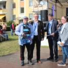 """Jörg Deparade (Vorstand), Georg Petters (Vorstand) und der Moderator Jürgen Karney überreichen einen Tombolagewinn auf dem 65-Jahre Jubiläumsfest der WBG """"Treptow Nord"""" eG."""